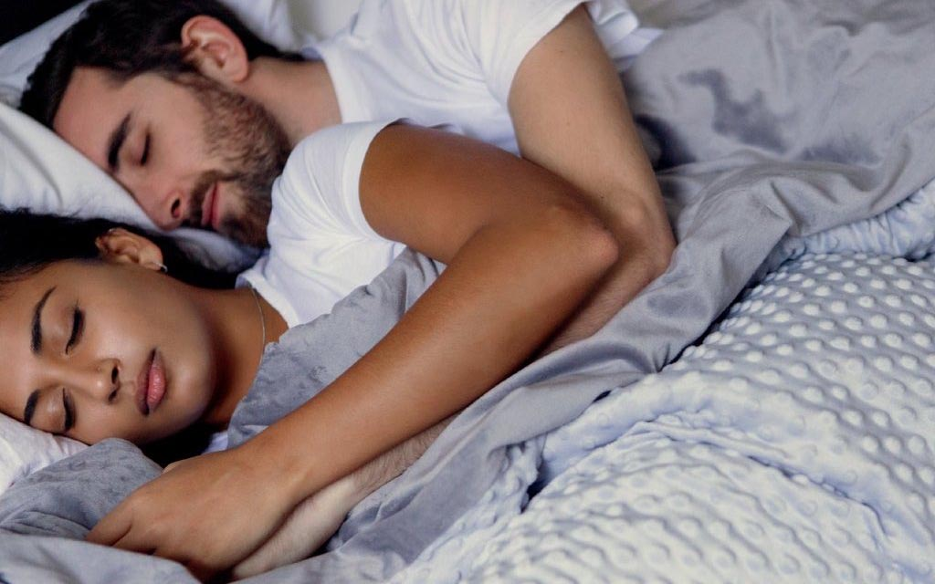 How to Choose a Weighted Blanket for Couples?